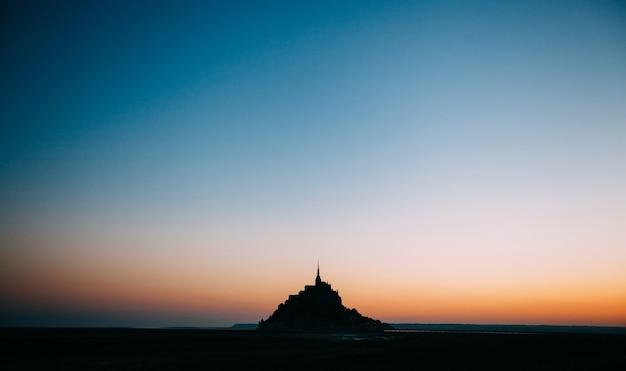 夕暮れ時の美しい夕暮れのルモンサンミッシェル潮の島、ノルマンディー、フランス