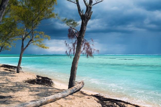 Пляж ле морн на острове маврикий в индийском океане перед грозой