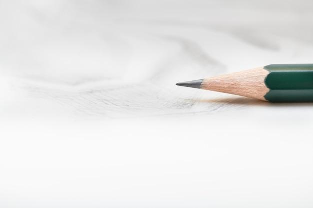 Графитный карандаш на белой бумаге с штриховкой.