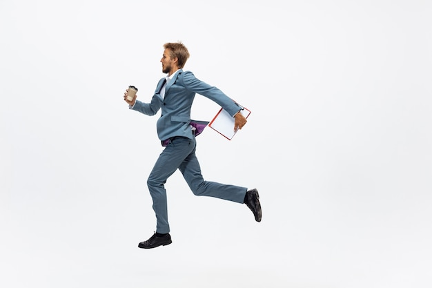 Лидер. человек в офисной одежде работает, бег на белом