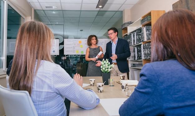 Лидерская команда встречается с коллегами по бизнес-стратегии в штаб-квартире