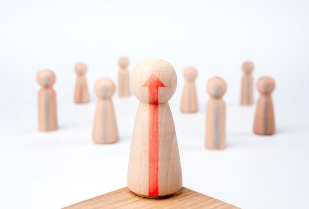 Женщина-лидер, влиятельный человек, деревянные фигуры со стрелками роста, женщина, стоящая на подиуме, и команда на белом фоне, минималистичный стиль. лидерство, полномочия и концепция победителя.