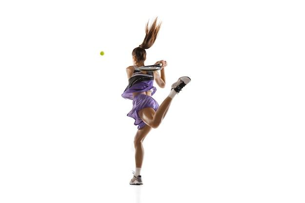 盟主。孤立した、アクションとモーションのコンセプトでテニスをしている若い白人女性。プロのスポーツマンのトレーニング、練習に適合します。