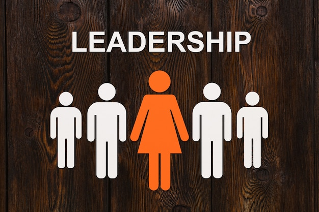 リーダーシップの概念。木の上の紙の男性。