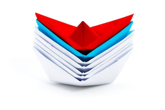 화이트 중 선도 빨간 종이 배와 리더십 개념.