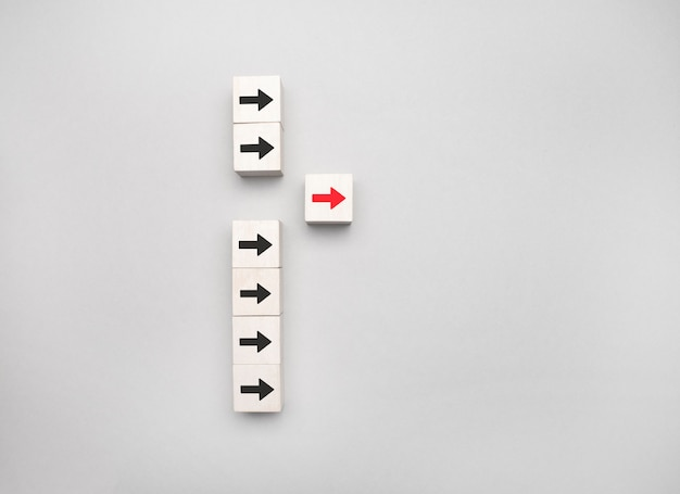 리더십 개념, 파란색에 빨간색 화살표 아이콘이있는 나무 블록