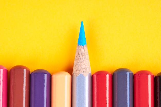 Концепция совместной работы лидерства. коллекция цветные карандаши на желтом фоне с пространством. концептуальный баланс