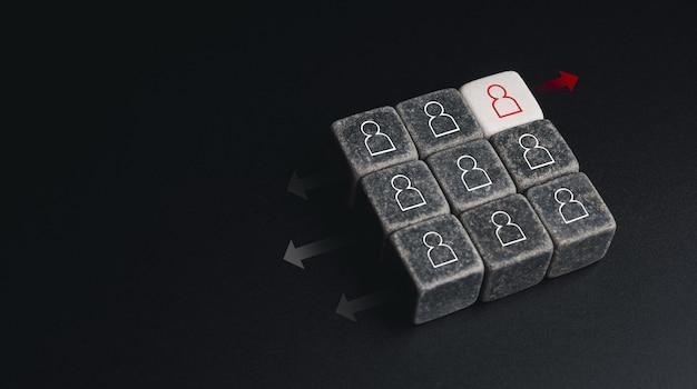 リーダーシップ、ユニーク、異なる方法の概念を考えます。コピースペース、最小限のスタイルで暗い背景に異なる方法の矢印で黒い部分と白いサイコロブロック上の赤い人間のアイコンのシンボル。