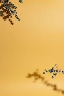 コピースペースと影と花瓶の葉の枝