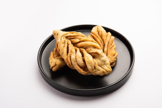 葉の形またはラッチャ mathri または mathiya は、rajasthani のティータイム スナックです。インド北西部の揚げたフレーク ビスケットです。