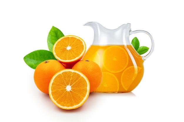 흰색 배경에 격리된 유리병에 오렌지가 든 슬라이스 오렌지와 오렌지 주스가 있는 잎