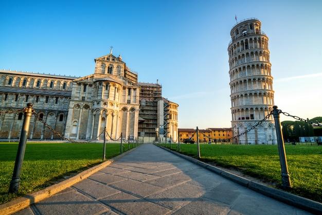 Пизанская башня в пизе - италия