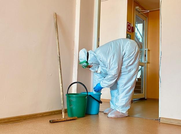 施設のコロナウイルスパンデミック消毒中の病院での学習作業