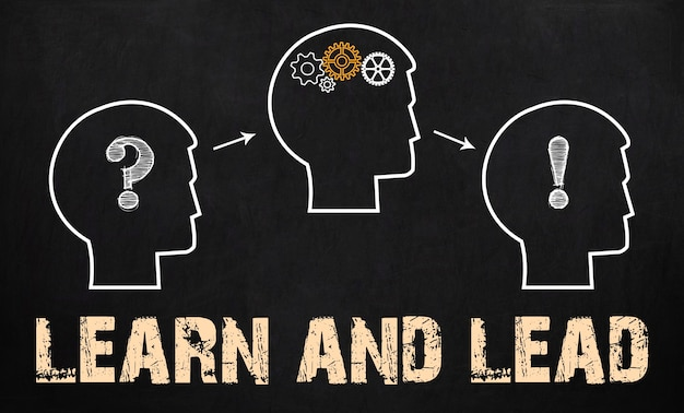 Учиться и вести - бизнес-концепция на доске.
