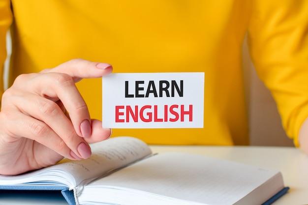 英語を学ぶ白い名刺黄色の背景に書かれています