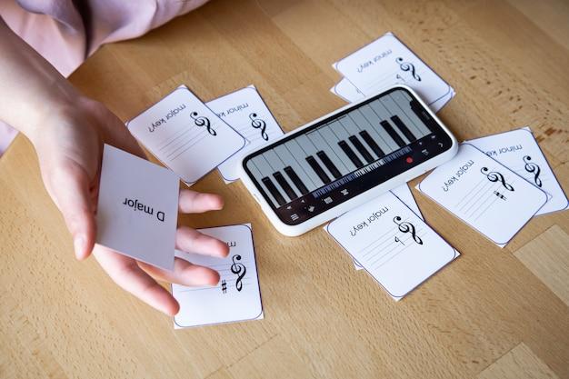携帯電話のピアノアプリと教育用フラッシュカードを使って、音楽理論、ソルフェージュ、楽譜を学びましょう。