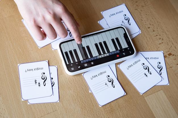 携帯電話のピアノアプリと教育用フラッシュカードを使って、音楽理論、ソルフェージュ、楽譜を学びましょう