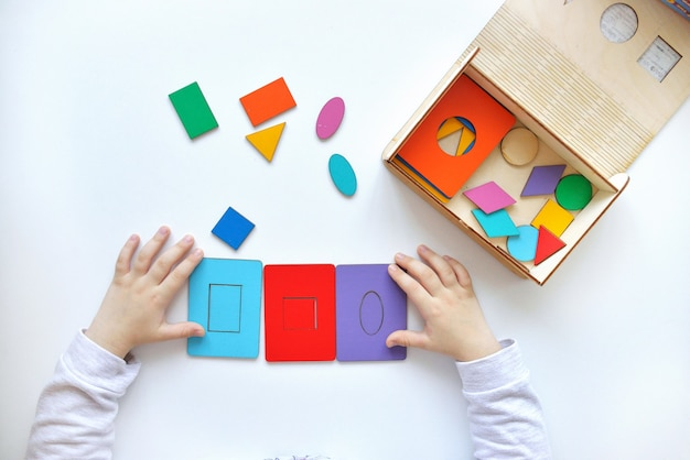 Изучение цветов и форм. ребенок собирает сортировщик развивающие логические игрушки для детей.