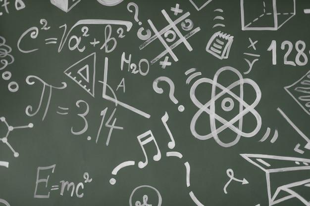 Концепция обучения. обратно в школу. фон с надписями из школьного курса. формулы написаны на доске.