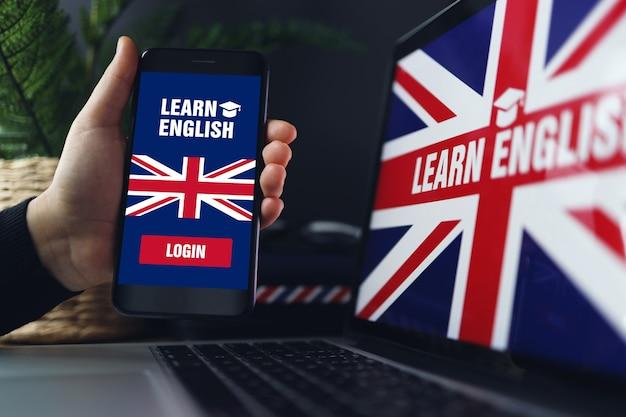 Изучение иностранных языков онлайн женщина держит смартфон с приложением для изучения английского языка