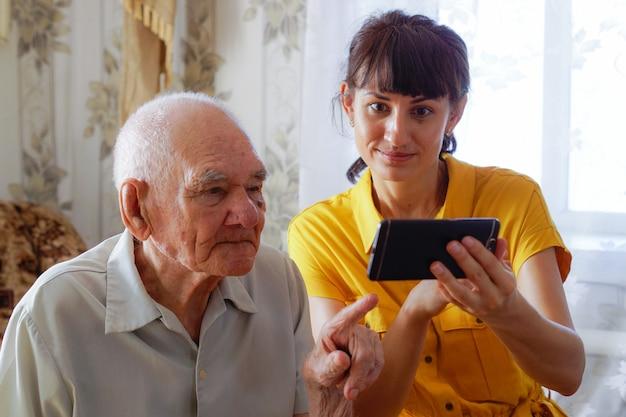 노인 개념에서 인터넷 기술 온라인 또는 wifi 학습