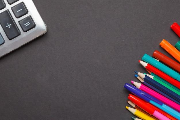 Обучение никогда не заканчивается. вдохновляющий дизайн со школьными принадлежностями на текстуре доски