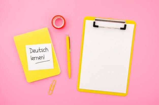 Imparare una nuova lingua oggetti su sfondo rosa