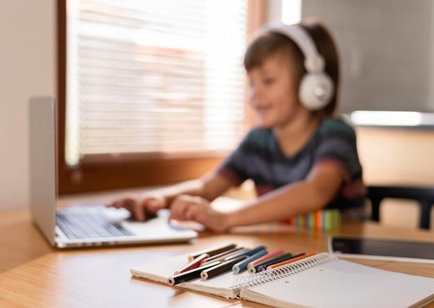 Imparare attraverso classi virtuali bambino sfocato