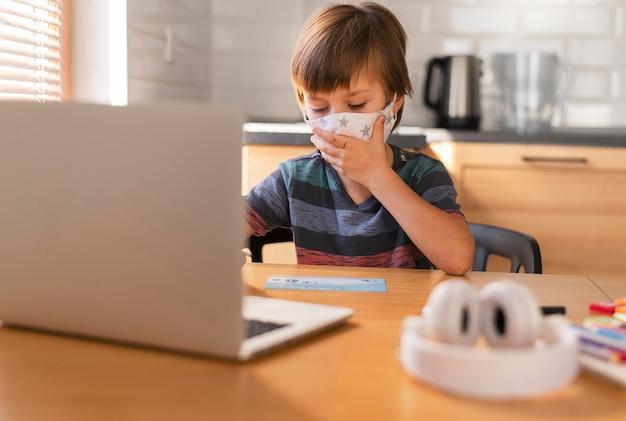 Imparare attraverso lezioni virtuali e indossare una maschera medica