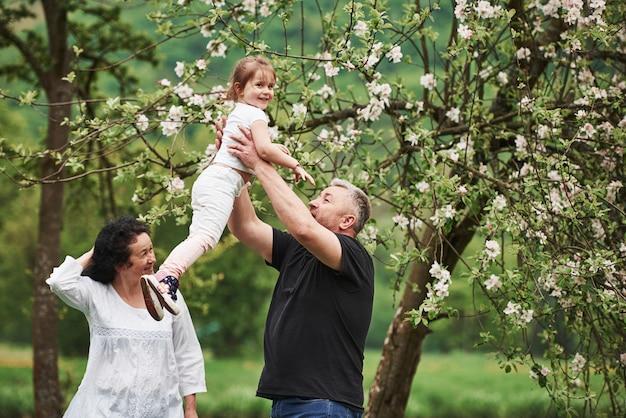 비행 배우기. 손녀와 함께 좋은 주말을 야외에서 즐기는 명랑 커플. 좋은 봄 날씨