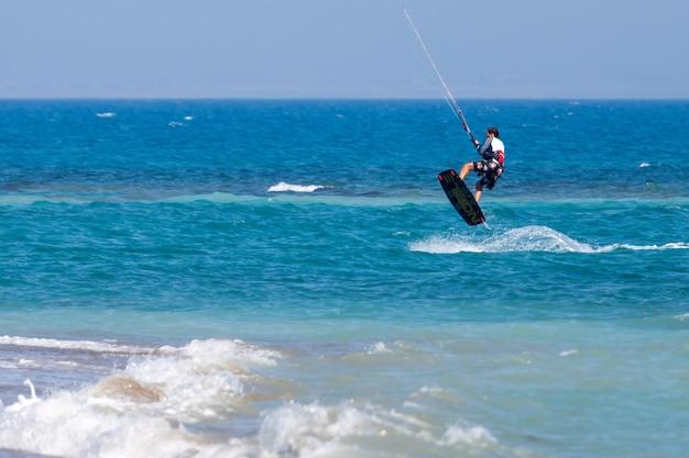Обучение кайтсерфингу в авидму, кипр, 25 июля 2009 г. неизвестный мужчина.
