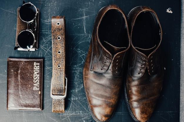 革小物と茶色の革靴