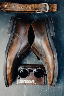 가죽 액세서리 및 갈색 가죽 신발