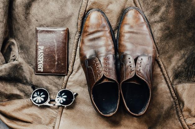 가죽 액세서리 신발 여권 안경 여행에 대한 개념