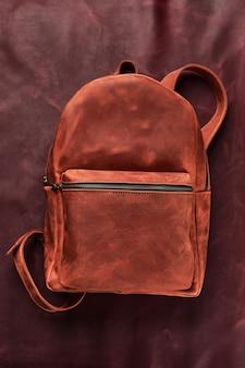 Кожаные аксессуары для рюкзака изолировали битник фон. коричневая кожаная сумка. рюкзак для путешественников ручной работы.