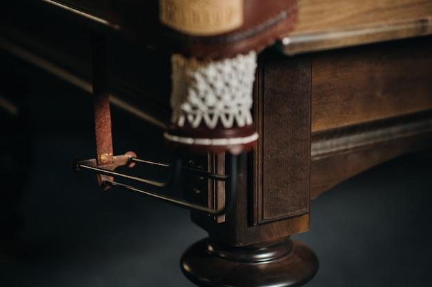 ビリヤードクラブの革のビリヤード穴とテーブル脚。