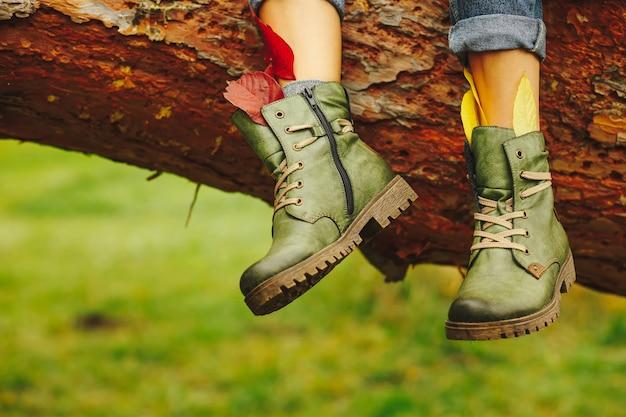 女性の足にレザーブーツ