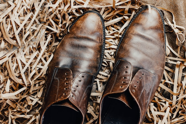 革の茶色の靴と革のアクセサリー