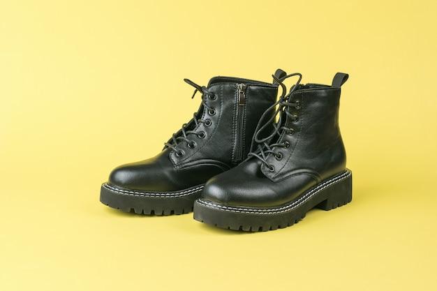 黄色の表面にひもが付いた革の残忍なハイソールの靴