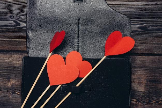 Кожаная визитница красное сердце орнамент украшение деревянный стол