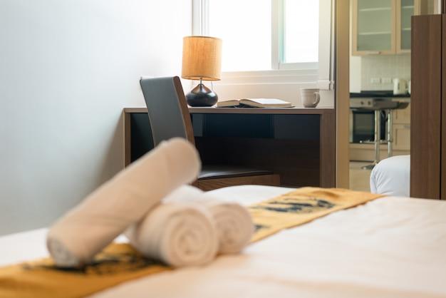 집이나 집의 침실에 가죽 의자, 테이블 및 램프, 인테리어 디자인