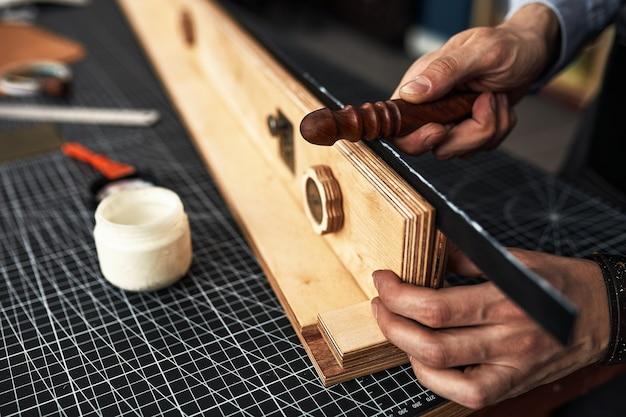 워크샵 스튜디오에서 테이블에서 패턴으로 measupenets를 만드는 작업 가죽 장인.
