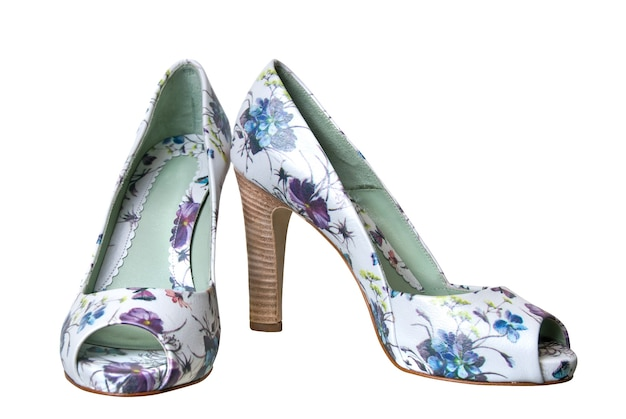 花飾りと白で隔離の革の女性の靴