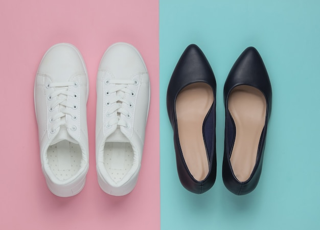 Кожаные туфли на высоком каблуке и кроссовки на цветном пастельном столе