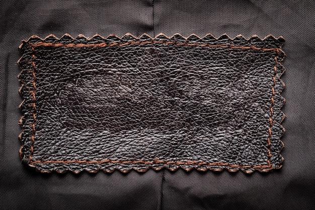ジャケットの内側の生地に縫い付けられた革ラベル