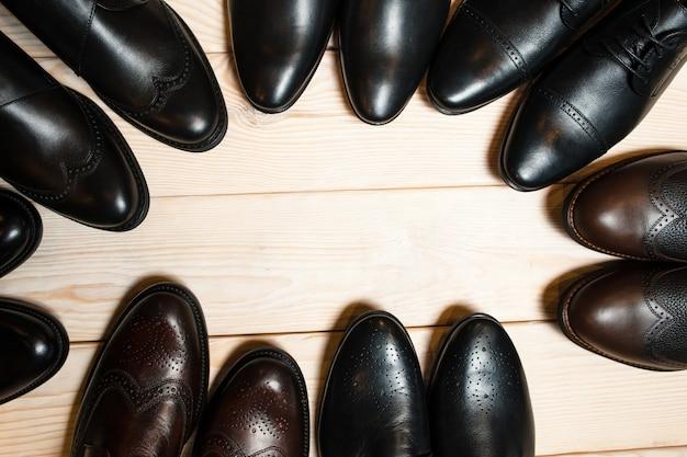 Кожаные мужские туфли, носки на деревянном полу