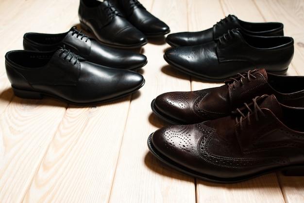Кожаные мужские классические туфли на деревянном полу.