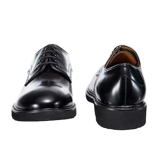 白い表面に分離された革の男性の光沢のある秋の靴