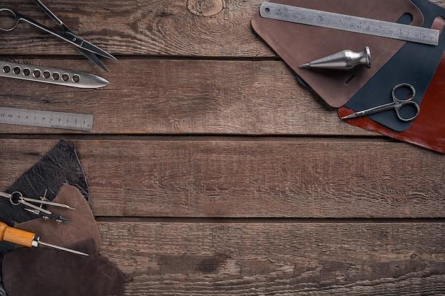 皮革製品。ワークショップで職人の職場。テキストまたはロゴを配置します。ブログに最適です。上面図