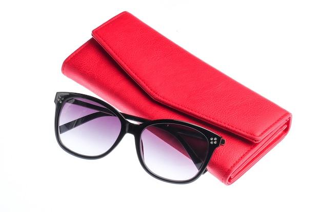 Кожаный кошелек и солнцезащитные очки, изолированные на белом фоне. женские аксессуары